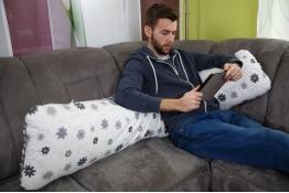 Tulící polštář Matýsek, relaxace i pro muže, vzor: louka šedá